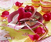 Place-setting with red sisal heart and rose