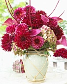 Sommerlicher Blumenstrauss in Keramikvase
