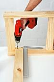 Klappbaren Holztisch selber bauen (Einzelteile zusammenschrauben)