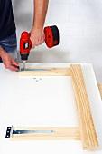 Klappbaren Holztisch selber bauen (Scharnierbänder befestigen)