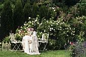 Romantischer Kaffeetisch im Rosengarten