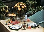 Gedeckter Tisch für Zwei im Garten