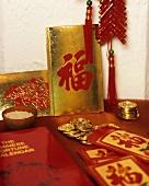 Chinesische Glückssymbole zu Neujahr (Goldmünzen und Reis)