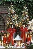 Weihnachtlich dekorierte Tannenbäumchen in zwei Töpfen