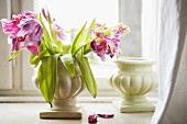 Verwelkte Tulpen in Keramikvase