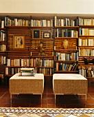 Ein Bücherregal und Sitzhocker