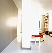 Wohnung im Loftstil mit 50er Jahre Tulpenstuhl und Beistelltisch in Form eines sitzenden Zwerges