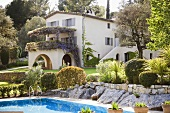 Zweistöckiges Haus mit Swimming Pool und gepflegter Gartenanlage