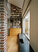 Ein eingebautes Bücherregal