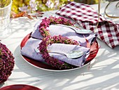 Autumnal table decoration: fabric napkins with flower wreaths