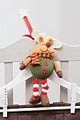Kleiderbügel mit Weihnachtsdeko am Stuhl