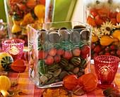 Herbstliche Deko in Glasgefässen