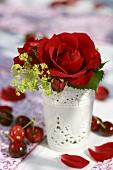 Rosensträusschen in weisser Vase von Kirschen umgeben