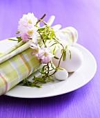 Frühlingsgedeck mit Blütenkranz und Eiern
