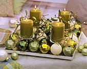 Adventsgesteck aus Misteln, Weihnachtskugeln, Engelshaar