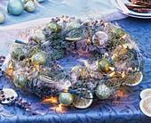 Kranz aus Cupressus, Farn, Lichterkette und Weihnachtskugeln