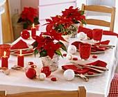 Weihnachtlicher Tisch mit Weihnachtsstern, Weihnachtskugeln