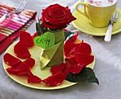 Gedeck mit Rosen und Serviette mit Namensschild: Cathy