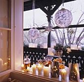 Weihnachtliche Kerzendeko am Fenster und auf dem Balkon