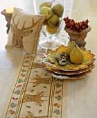 Tisch mit Birnen, Wachteleiern und Herbstdeko