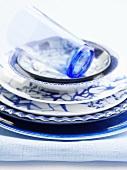 Asiatische Teller (blau-weiss) und ein Trinkglas