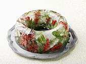Eisring mit Beeren und Blättern