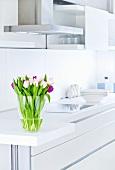 Rosa und Violette Tulpen in einer weißen Küche