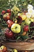 Eine Tonschale mit Obst und Blumen