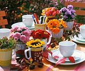 Kleine Sträusse aus diversen Sommerblumen als Tischdeko