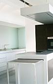 Moderne helle Einbauküche mit Kochinsel und ausfahrbarem Abstelltisch