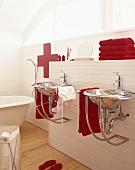 Designer-Waschbecken mit roten Handtüchern unter Fenster