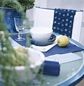 Ein in blau gedeckter Tisch