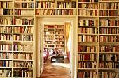 Große Bibliothek mit Tür zum Wohnzimmer