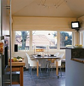 Essraum mit langer Fensterfront und einen Essplatz direkt am Fenster