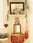 Rustikaler Holzblock unter Regal mit Silberbehälter und Spiegel