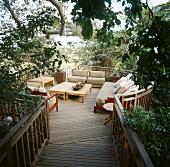 Gartenmöbel auf runder Veranda mitten in der Natur