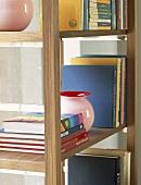 Ein Regal mit Büchern