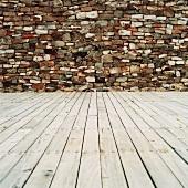 Holzboden vor Mauer
