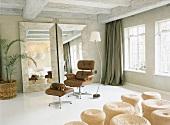 50er Jahre Designklassiker in einem hellen Raum mit Spiegeln und Korbhockern