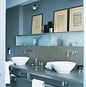 Zwei freistehende Schalen-Waschbecken vor Einbauschränke mit Milchglasschiebetüren