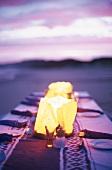 Ein gedeckter Tisch abends am Strand