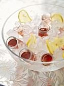 Drinks in einer Schale mit Eis