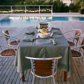 Ein gedeckter Tisch am Pool im Freien