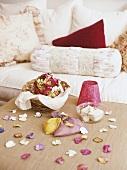 Künstliche Blüten und Körbchen auf Tisch