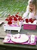 Mädchen dekoriert Tisch am See
