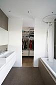 Modernes Badezimmer mit Durchgang zum Ankleideraum