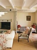 Wohnraum in einem Fachwerkhaus mit Bettnische, Kamin, und Sitzgelegenheiten