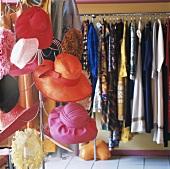 Hutständer und Kleiderstange in einem Modegeschäft