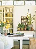 Vintageholztisch mit vielen Blumentöpfen und Pflanzen
