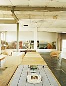 Altes Industrieloft mit Holztischen und Sesseln